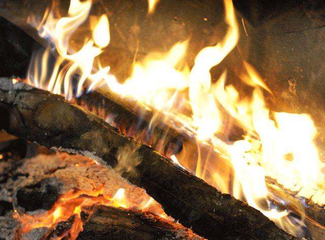 Feu de cheminée en foyer ouvert