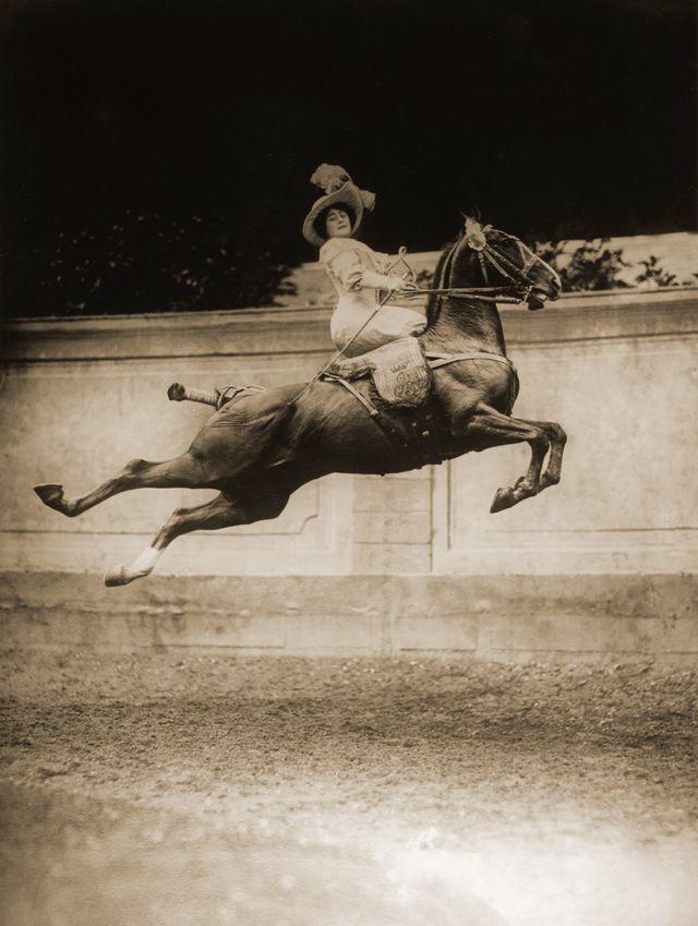 Blanche Allarty, le saut plané ou cabriole, 1911, tirage moderne d'après plaque de verre