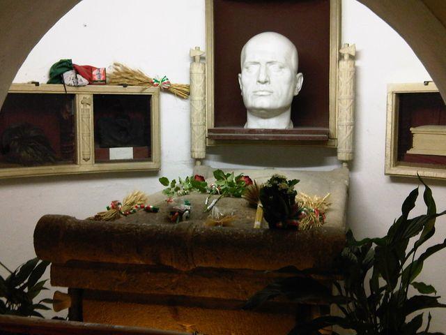 Tombeau de Benito Mussolini dans la crypte famililale dans le cimetière de Predappio