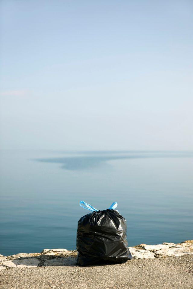 Un sac poubelle devant la mer