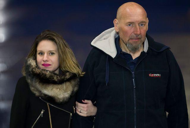 L'ex-otage français Serge Lazarevic, avec sa fille Diane, à son arrivée à l'aéroport de Villacoublay, le 10 décembre 2014.