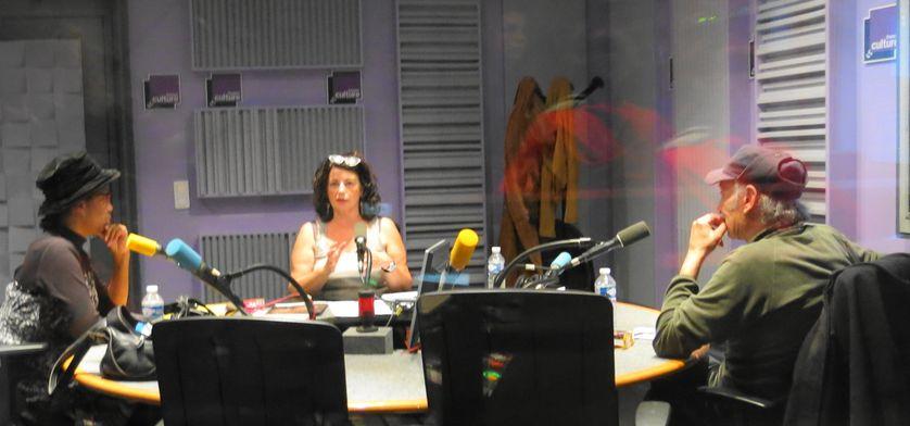 Vue de la cabine du studio 153, pendant l'émission ... Souria Adèle, Aline Pailler & Piotr Barsony  (de gauche à droite )