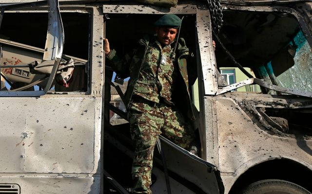 Un soldat afghan inspecte les environs de l'attentat à Kaboul