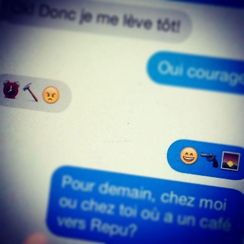 Pixel Emoji - Alexandra et son téléphone (2)
