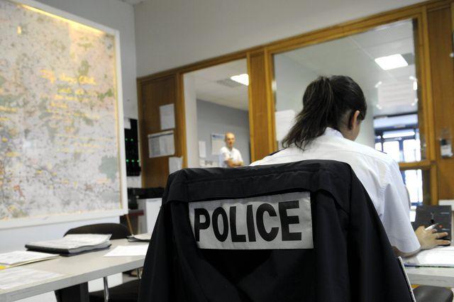 Une femme policière