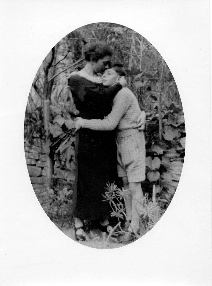 Henri Fertet dans les bras de sa mère, en 1936.