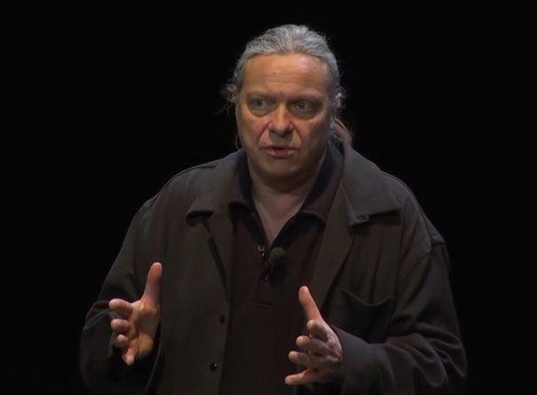 """Franck Lepage, capture d'écran d'une """"conférence gesticulée"""""""