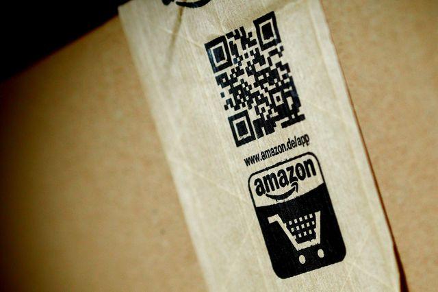 Un logo Amazon sur un carton