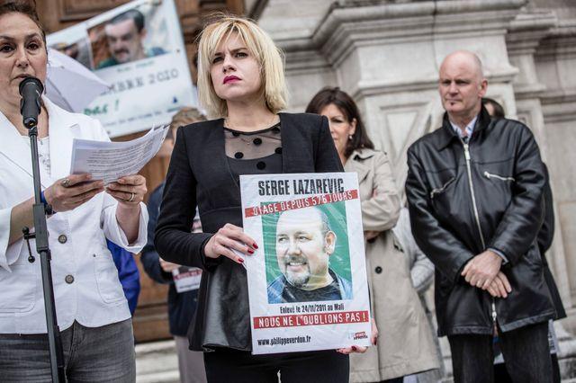 La fille de Serge Lazarevic lors d'un rassemblement pour sa libération