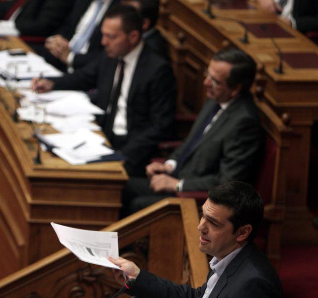 Alexis Tsipras au micro devant le Premier Ministre Antonis Samaras