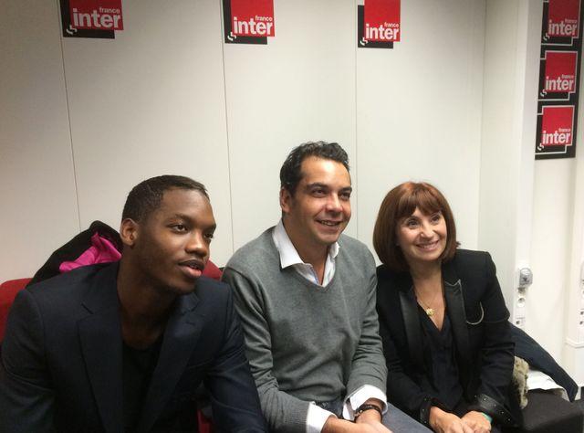 Patrick Cohen, aux côtés des acteurs du film Les Héritiers : Ariane Ascaride et Ahmed Dramé