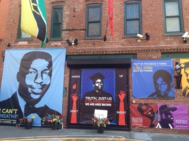 Sur les facades des locaux du réalisateur Spike lee à New-York