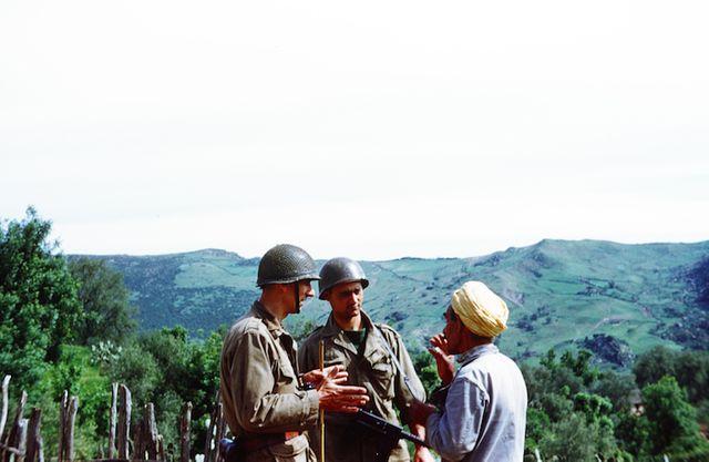 Le capitaine Escaffit conversant avec un habitant d'une mechta proche du poste d'El-Draden sur la commune de Cavallo en avril 59