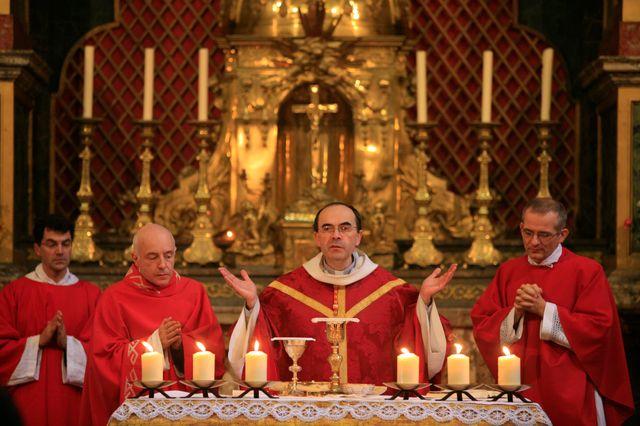 Mgr Barbarin célebrant un messe à Paris