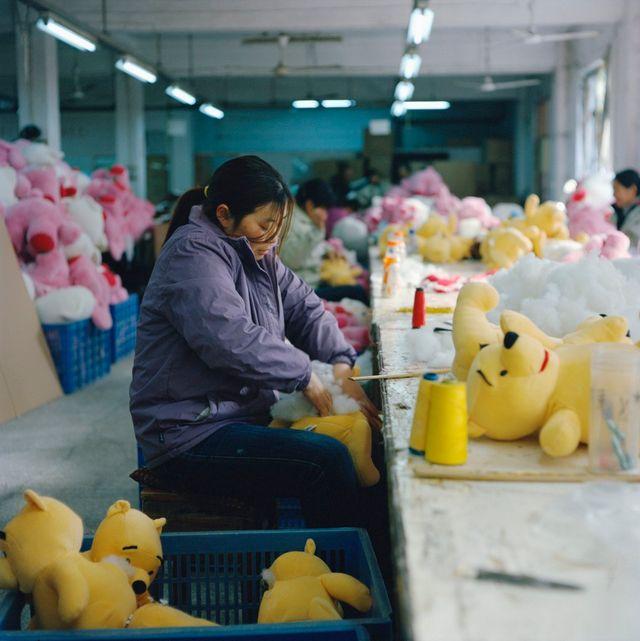 Jeune femme travaillant dans une usine de jouets Disney, à Shanghaï (Chine)