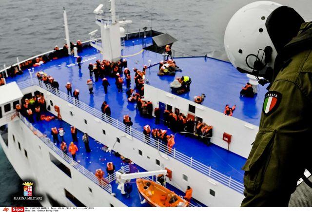 Le sauvetage des passagers du ferry se poursuit