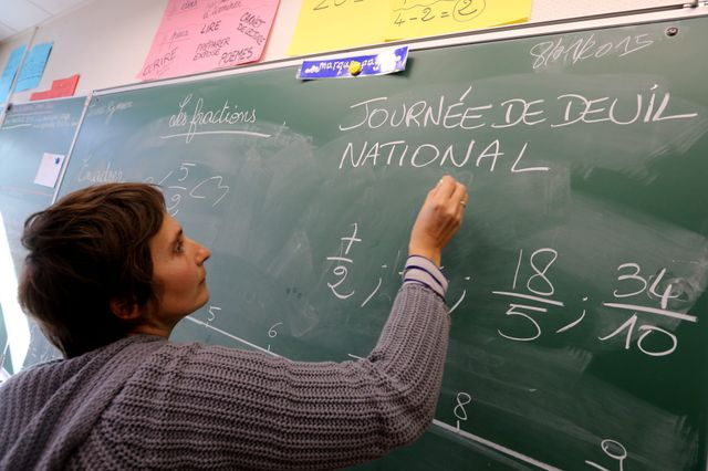 Grenoble, 8/01/2015. Journée de deuil national, école Elysée Chatin. Minute de silence et discussion entre élèves et enseignants