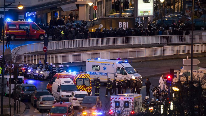 Les forces de l'ordre devant l'hypermarché casher porte de Vincennes