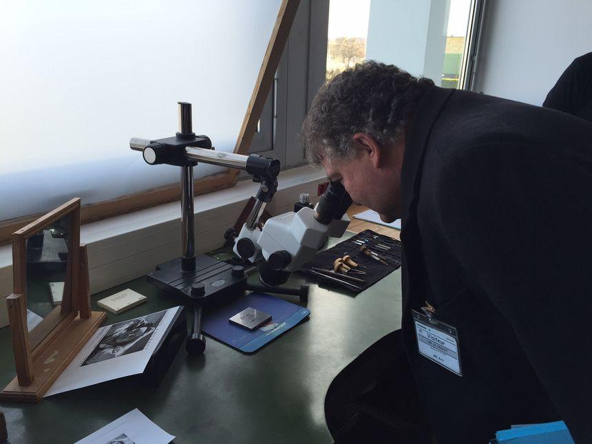 Le préfet de la Dordogne découvre l'atelier du graveur, qui n'a (presque) pas changé depuis des centaines d'années