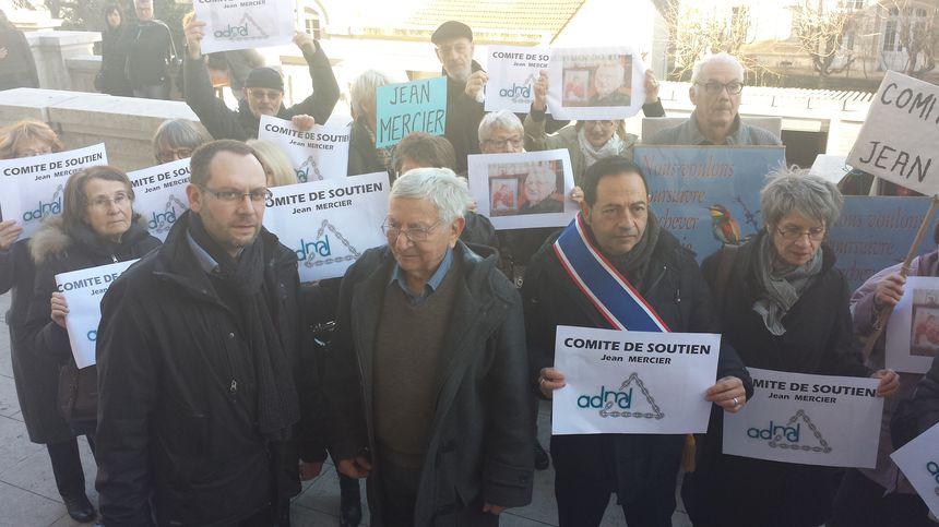 Manifestation de soutien à Jean Mercier devant le tribunal de Saint-Étienne
