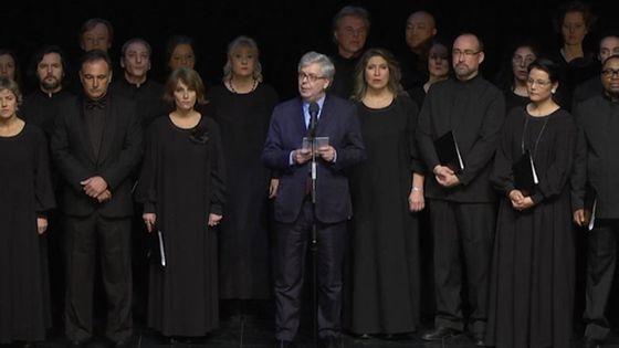 Stéphane Lissner et le choeur de l'Opéra national de Paris, lors de l'hommage rendu aux victimes des attentats de Paris.
