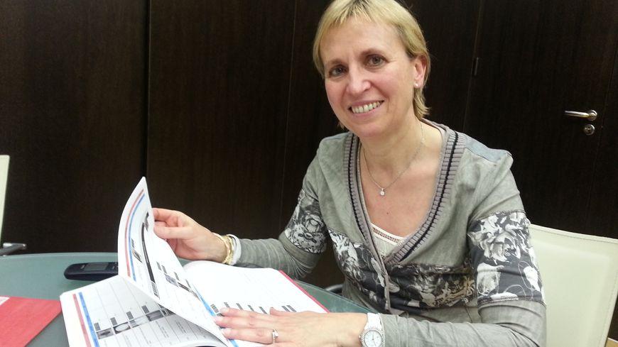 Fabienne Buccio consulte l'inventaire des objets et des meubles de la résidence.