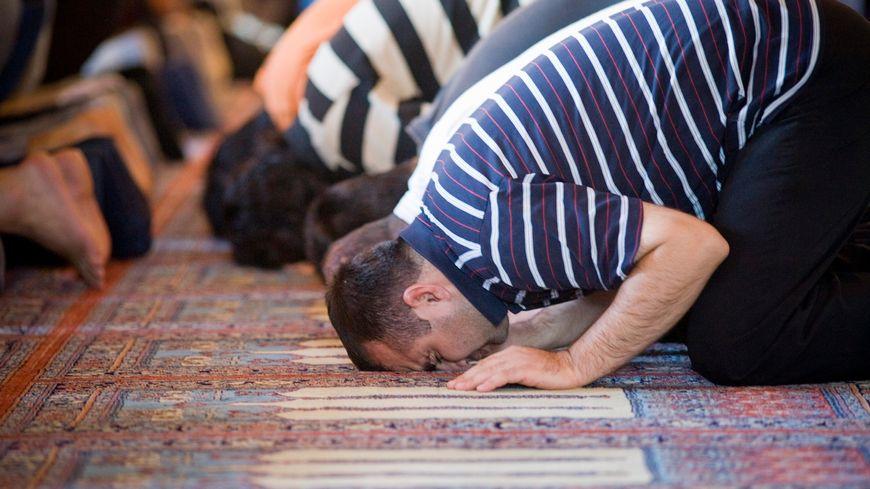 Moment de prière dans une mosquée. (image d'illustration)