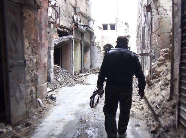 Dans Alep, derrière un soldat du régime