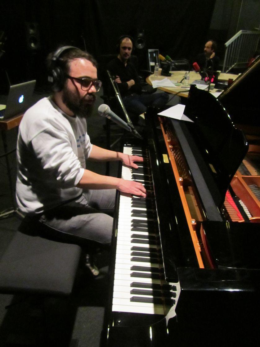 Tahiti Boy au piano, M. Conquet et E. de Crécy au studio 108
