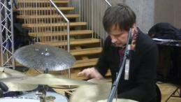 Edward Perraud à la batterie au studio 107 par S Noël