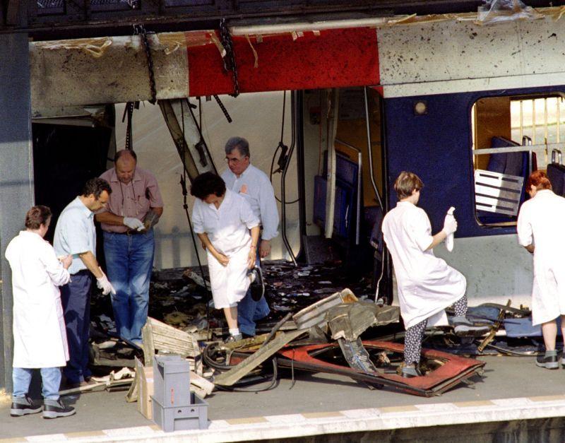 26 juillet 1995, après l'attentat dans le RER B à la station Saint-Michel,  à Paris.