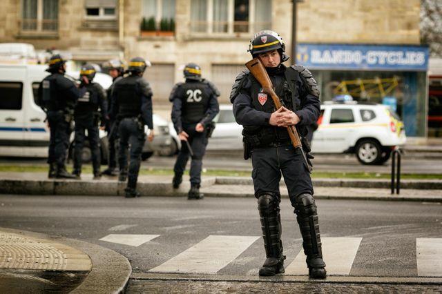 Les forces spéciales antiterroristes prennent place près de l'Hypercasher, le 9 janvier 2015, à la porte de Vincennes.