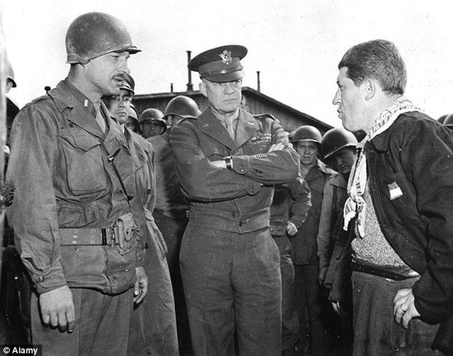 Eisenhower en visite dans les camps