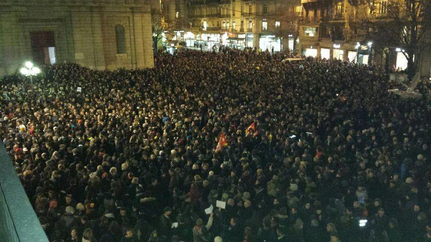 5000 personnes rassemblées le 7 janvier 2015 place Félix-Poulat à Grenoble après l'attentat à Charlie Hebdo.