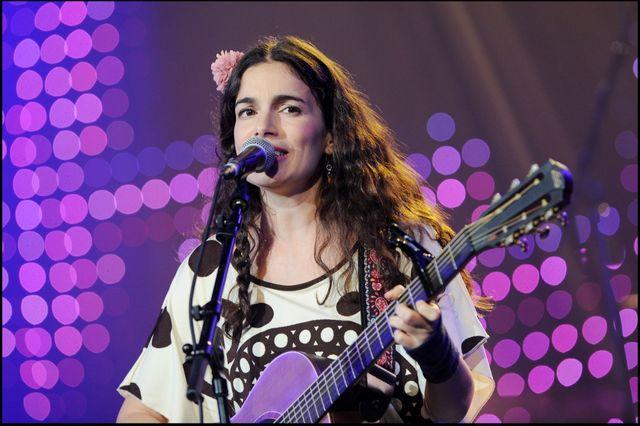 """Yael Naim chante pour le """"Grand Prix Sacem 2011"""", au Casino de Paris."""