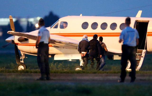 Un djihadiste présumé escorté par la police française dans un avion en partance pour Paris. Montpellier, France, 24 sept. 2014