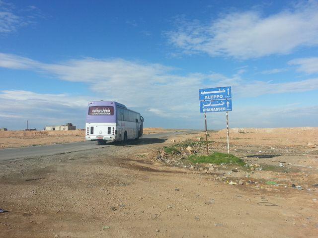 Un bus part de Raqqa pour Alep.
