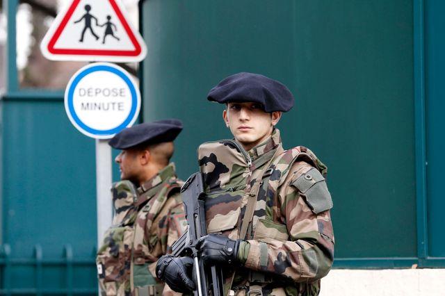 Des soldats du 4e Régiment de Chasseur-alpins de Gap assurent la sécurité devant une école juive du 8e arrdt de Marseille