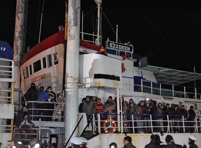 Le cargo Ezadeen, à son arrivée à Corigliano, au sud de l'Italie.
