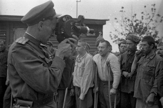 Roman Karmen filme les survivants du camp de Maidaken en aout 1944