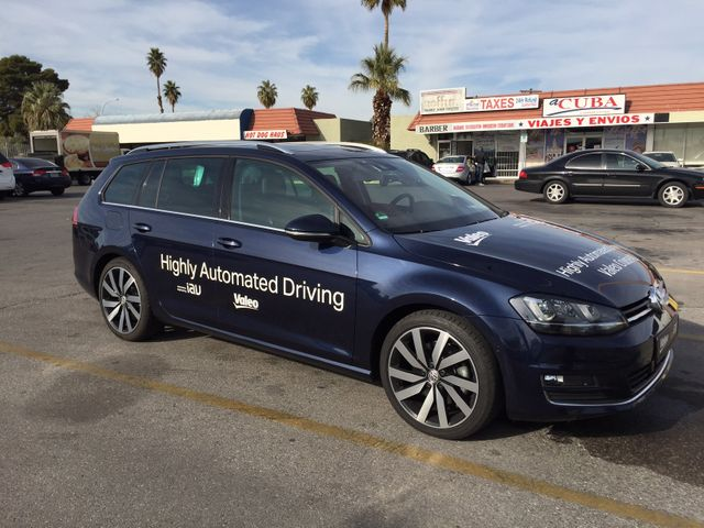 Cette voiture autonome accélère, décélère et freine toute seule.