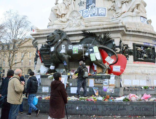 Place de la République à Paris, en hommage aux victimes de Charlie Hebdo, Montrouge et Vincennes.