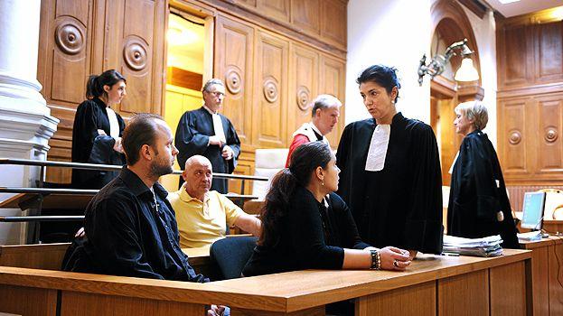 Les parents d'Océane avec leurs avocats lors du premier procès en 2013.