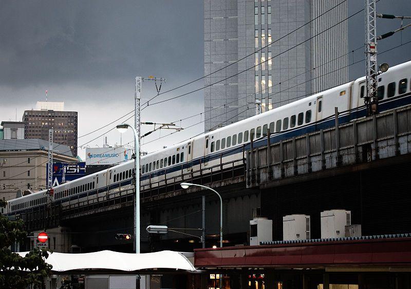 Un train à grande vitesse en plein Tokyo, Japon, 2008