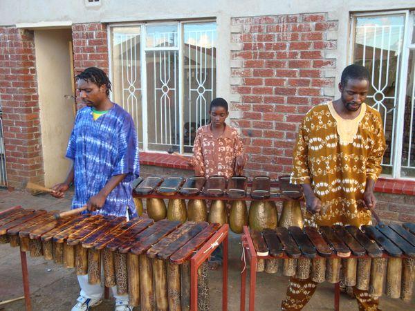 Ensemble contemporain de xylophones marimba, Prince (à gauche), Fidelis Mherembi (à droite) et son fils Shingi (derrière) - Crédit photo : Vincent Hickman