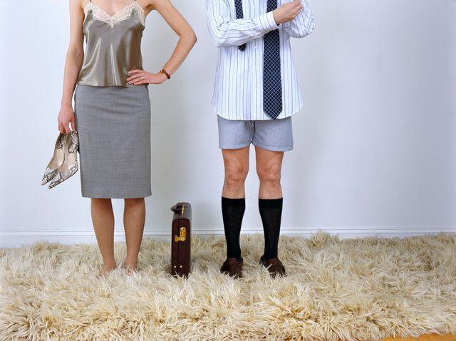 Une femme et un homme, côté à côté