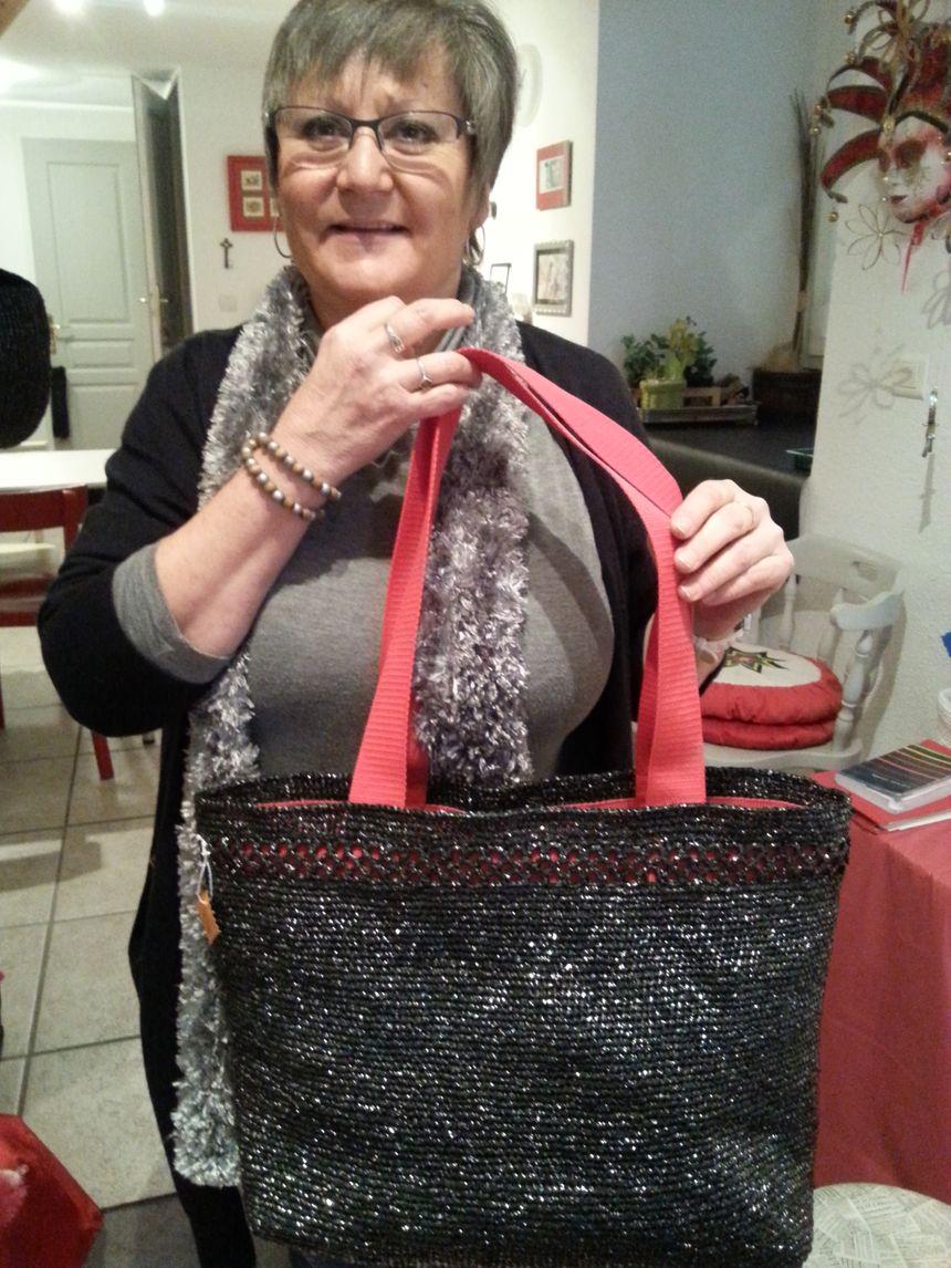 Brigitte Metzger réalise des sacs de soirée, effet strass et paillettes garanti.