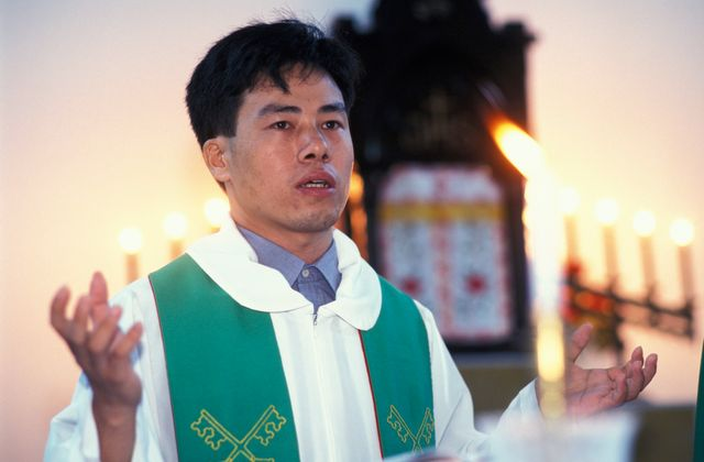 chinois célébrant une messe en 2012