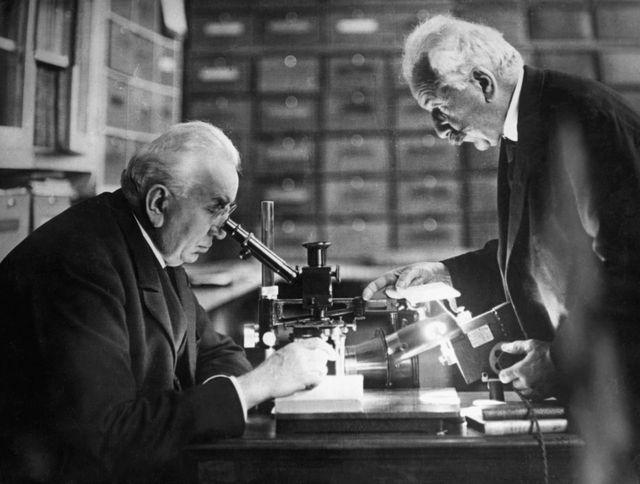 Auguste et Louis Lumière dans leur laboratoire