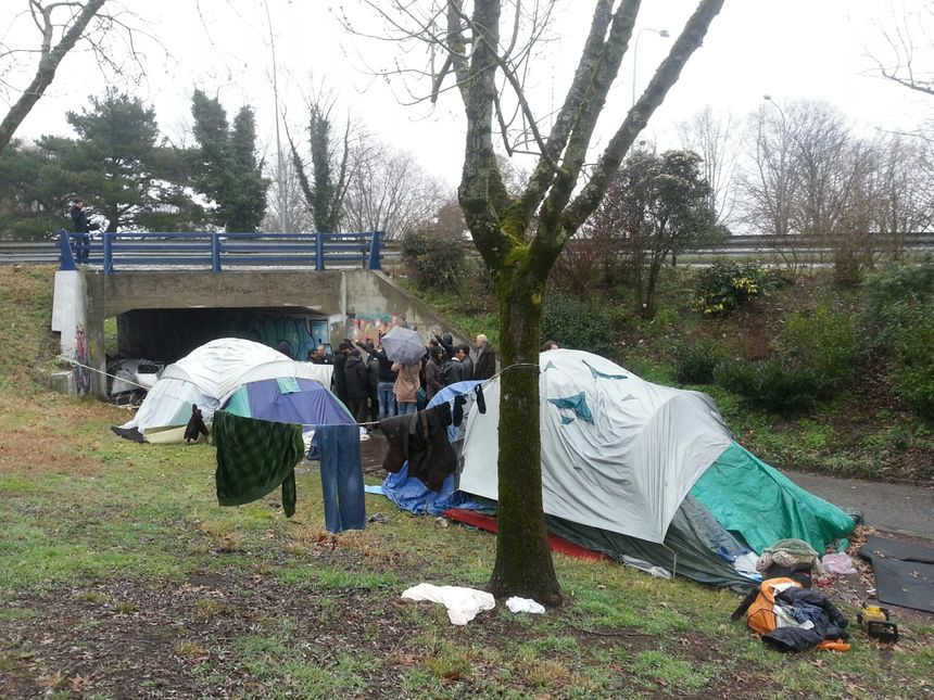 D'autres tentes sont installées un peu plus loin le long du pont St Jean de Bordeaux